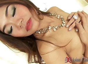 Sexy oriental girl down in the mouth solo