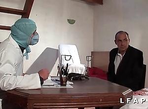 Icy vieille mariee se fait defoncee le cul chez le gyneco en trio avec le mari